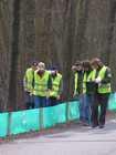 Wolontariusze patrolują płotki wraz z pracownikami Parku