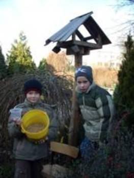 Dzieci przygotowują karmnik fot.: Marzena Radtke