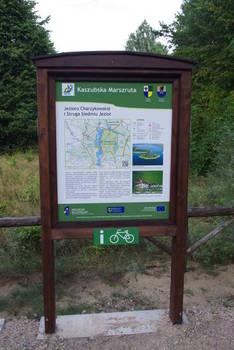 Tablica informacyjna w miejscu postoju pojazdów przy Jeziorze Charzykowskim