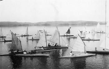 Regaty kajaków ożaglowanych na jeziorze Charzykowskim zorganizowane przez klub żeglarski w Chojnicach. Lata trzydzieste XX wieku. (Narodowe Archiwum C
