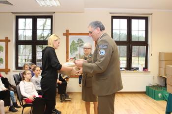 Podziękowania otrzymali również nauczyciel przygotowujący dzieci do konkursu fot. B. Grabowska
