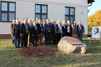 Uczestnicy konferencji przy pamiątkowej tablicy