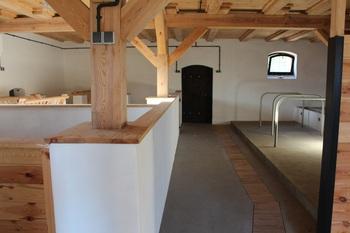 Budynek inwentarski po przebudowie – pomieszczenia wewnętrzne z odtworzonym oryginalnym wyposażeniem