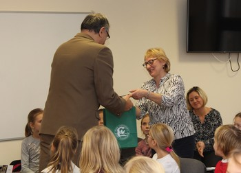 Podziękowania i drobne upominki otrzymali również nauczyciele przygotowujący dzieci do konkursu fot. B. Grabowska