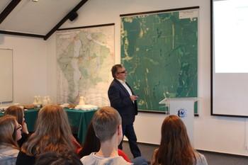 Pan Dr Mieczysław Dąbrowski na przykładzie systemu kanałów Wielkich Jezior Mazurskich pokazał jak człowiek zmieniał krajobraz tego regionu fot. M. Koc