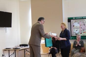 Podziękowanie z rąk Dyrektora PNBT odbiera Pani Barbara Szczęsna fot. B. Grabowska