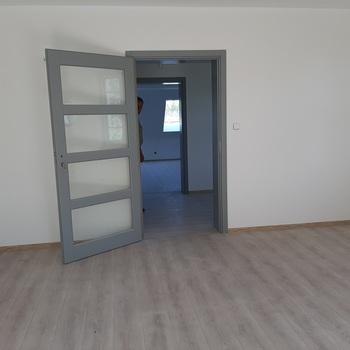 Drzwi wewnętrzne na piętrze budynku.