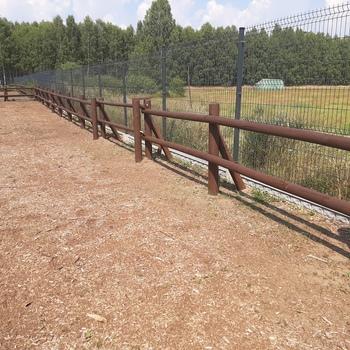 drewniane zabezpieczenie na wybiegu dla zwierząt gospodarskich