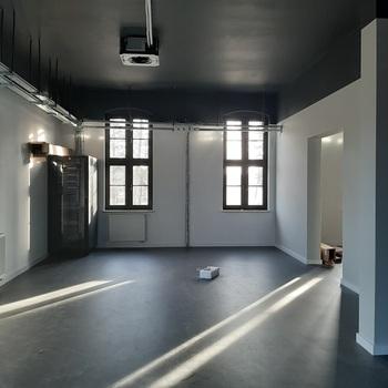 Podłoga winylowa i elementy instalacji elektrycznej i klimatyzacyjnej w jednej z sal muzeum