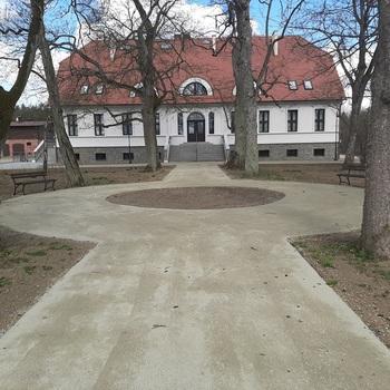 Ścieżka piesza prowadząca do muzeum